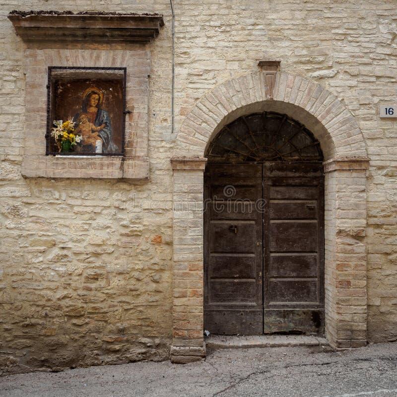 Sacra van muurschilderijedicola in Italiaans van de Vergine Santa op een de bouwmuur in een steeg van Bevagna Italië stock foto's