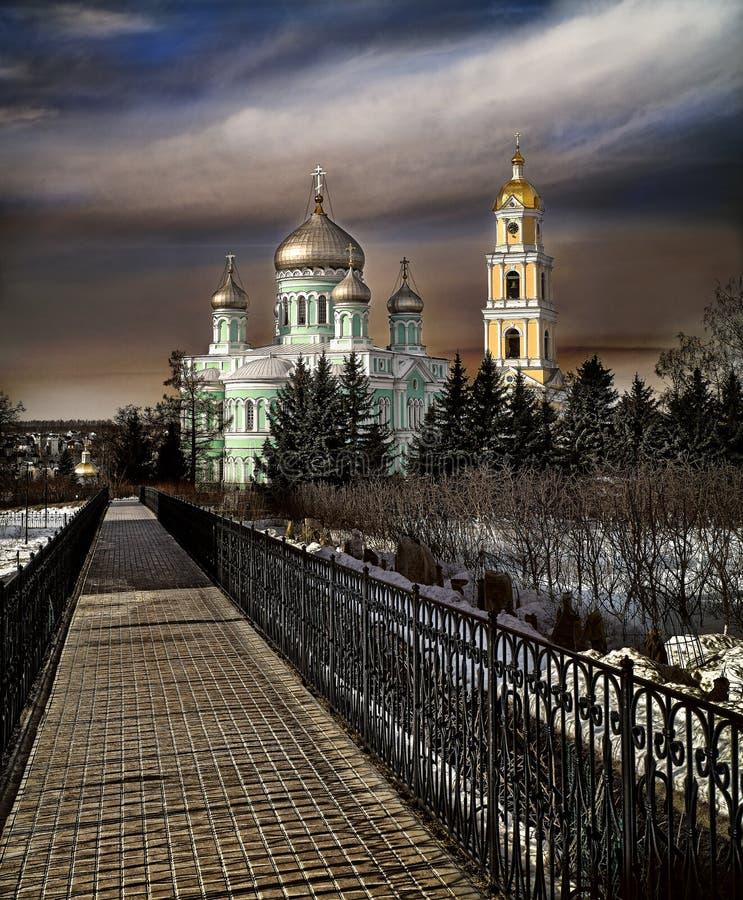 Sacramento da fé O céu sobre o monastério em Rússia fotos de stock