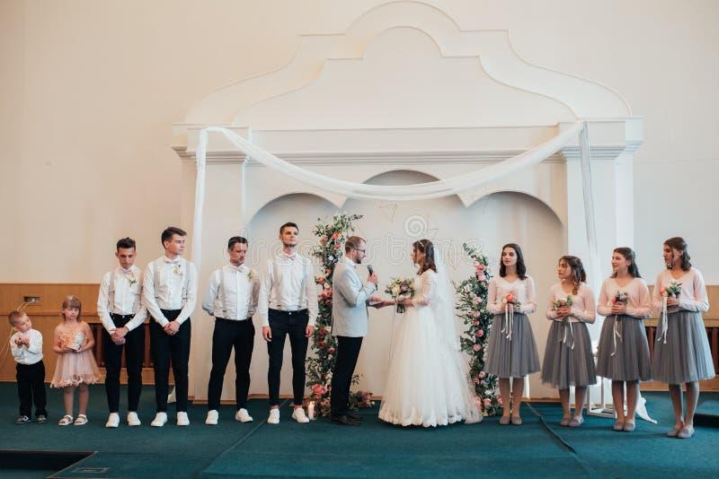 SACRAMENTO USA - MAJ 12 th 2018: Bruden och att ansa för att få gift och motta en välsignelse i den kyrkliga byggnaden i närvaron arkivbild