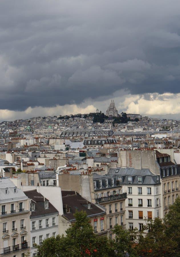 Sacre Coeur的大教堂剧烈的看法在一阴天 图库摄影