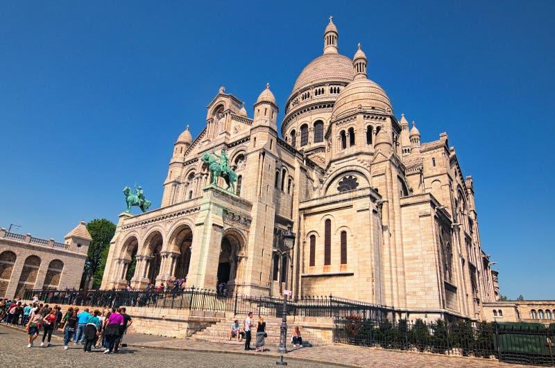 Sacre Coeur basilika i solig dag för vår Stor medeltida domkyrka Folket står i linje för att få inom arkivfoto