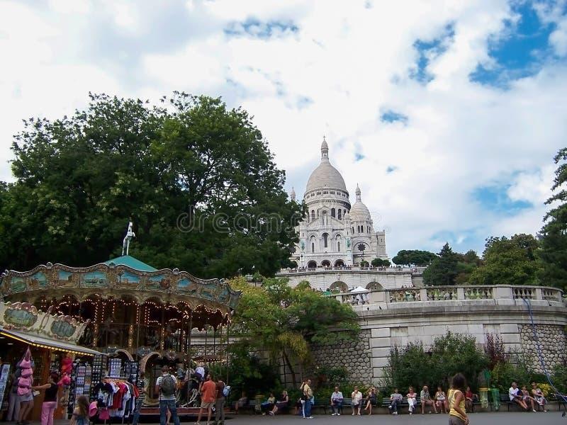 Sacre Coeur bazylika w letnim dniu Mn?stwo tury?ci siedzi na schodkach Wielka ?redniowieczna katedra Sierpie? 05, 2009, Pary?, zdjęcia stock