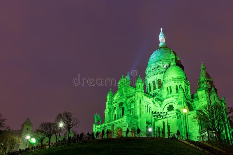 Sacre Coeur dans Montmartre, Paris la nuit images stock