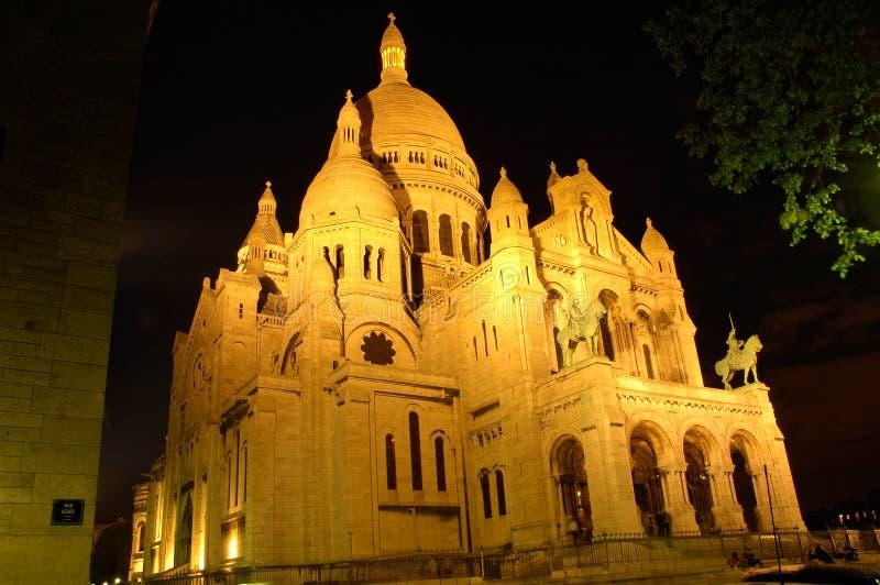 Sacre Coeur por noche, Montmartre, París, opinión de ángulo foto de archivo