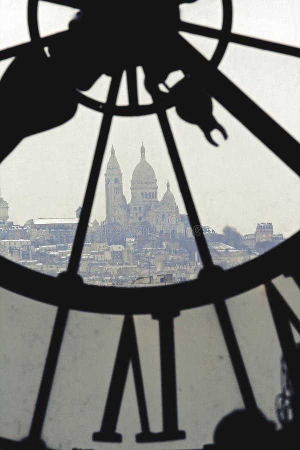 Sacre-Coeur sah durch Glockenturm im Museum Orsay in Paris an lizenzfreie stockbilder