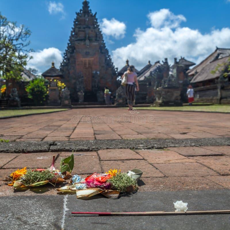 Sacrifício hindu na frente de um templo velho fotos de stock royalty free