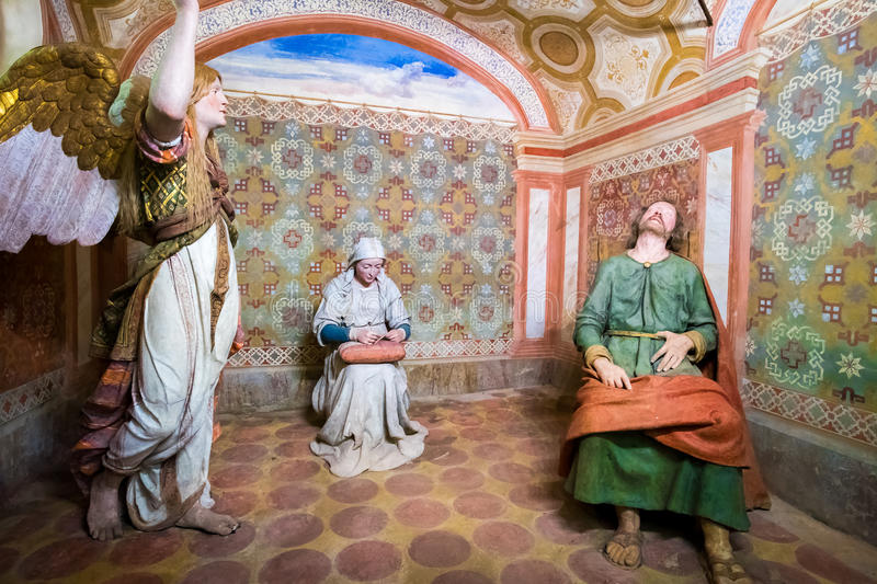Sacro Monte di Varallo, представление сцены Пьемонта библейское мечт St Joseph ангела пока дева мария шьет стоковая фотография rf