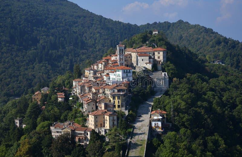 Sacro-monte Di Varese, Lombardei, Italien Schattenbild des kauernden Geschäftsmannes lizenzfreies stockbild