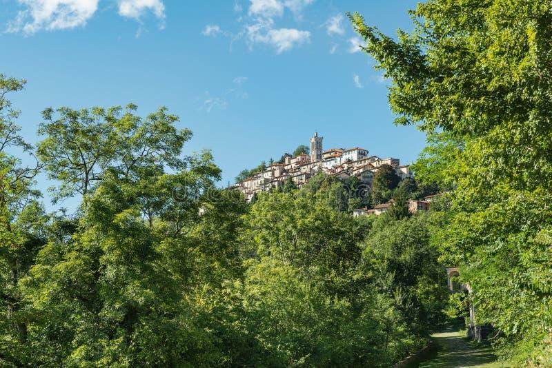 Sacro Monte di Varese, pueblo medieval pintoresco en Italia del norte, situada en el final de una manera sagrada de 14 capillas fotos de archivo libres de regalías