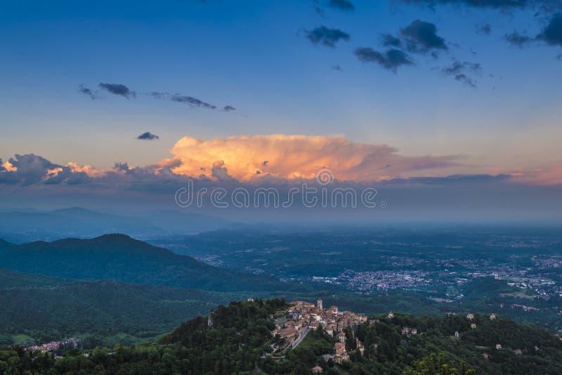 Sacro Monte di Varese y puesta del sol imagen de archivo libre de regalías
