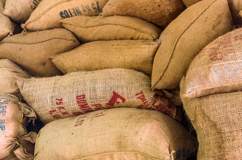 Sacs à café de vintage sur une plantation de café photo libre de droits