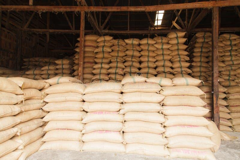 Sacs à chanvre de pile de riz photographie stock