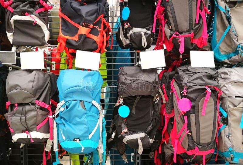 Sacs à dos dans différents types et couleurs dans le magasin images stock
