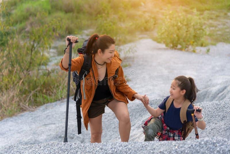 Sacs à dos de voyage de maman et d'enfant se tenant dans la montagne pour la nature d'éducation image libre de droits