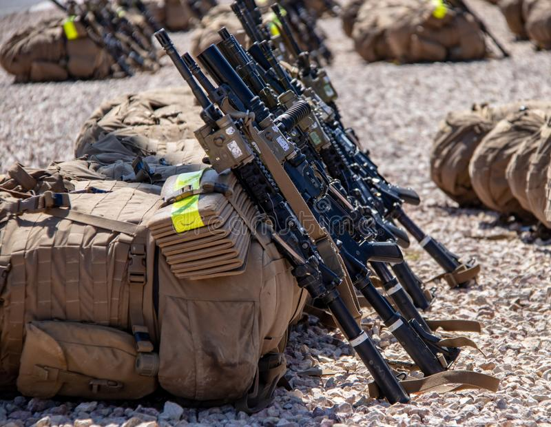 Sacs à dos et fusils d'infanterie aux marines Facilty des USA en Californie image stock