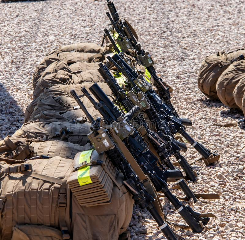 Sacs à dos et fusils d'infanterie aux marines Facilty des USA en Californie photographie stock