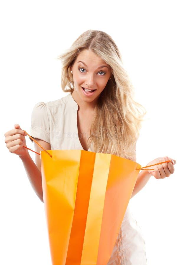 Sacs à provisions blonds de fixation de femme photo stock