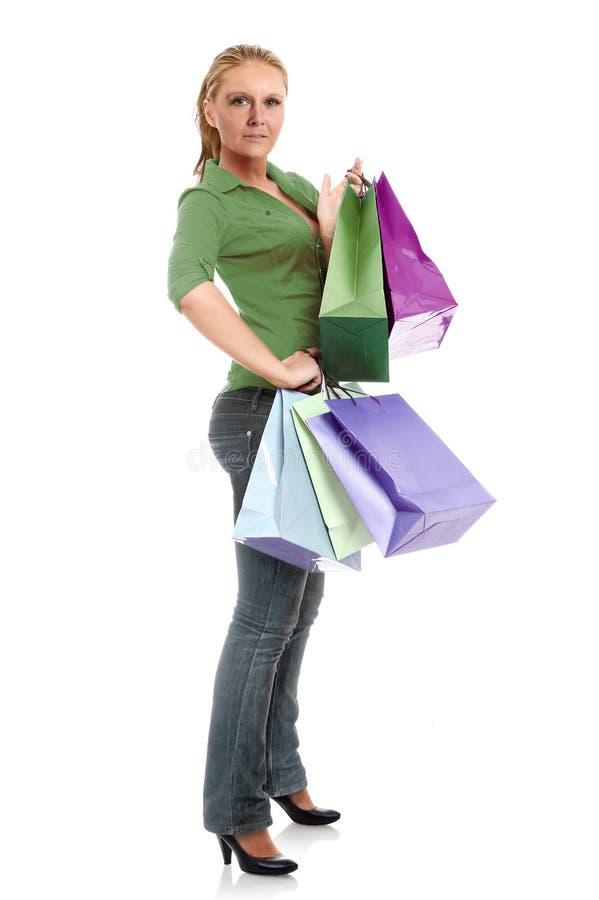 Sacs à provisions de transport de jeune femme photo libre de droits