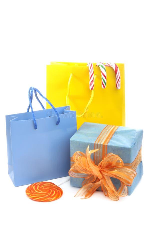 Sacs à provisions et cadeau enveloppé images libres de droits