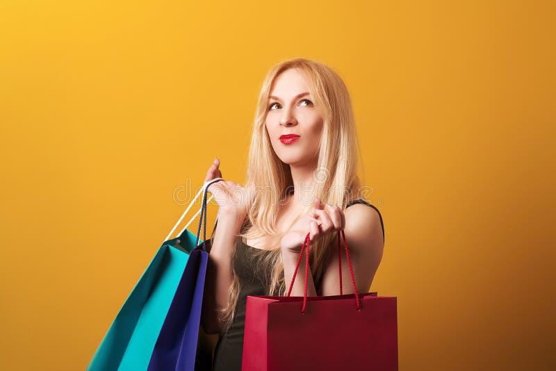 Sacs à provisions heureux de fixation de femme d'achats Achats, vente, cadeaux, Noël, concept de Noël Femme stupéfaite avec b de  images libres de droits