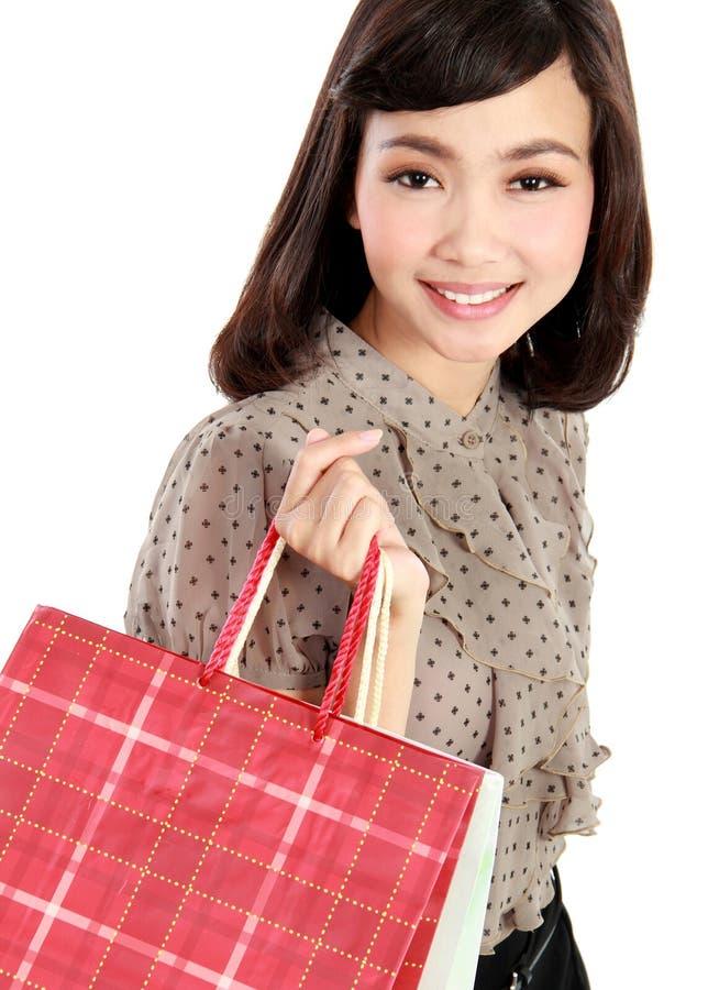 Sacs à provisions se tenants de sourire heureux de femme d'achats photographie stock