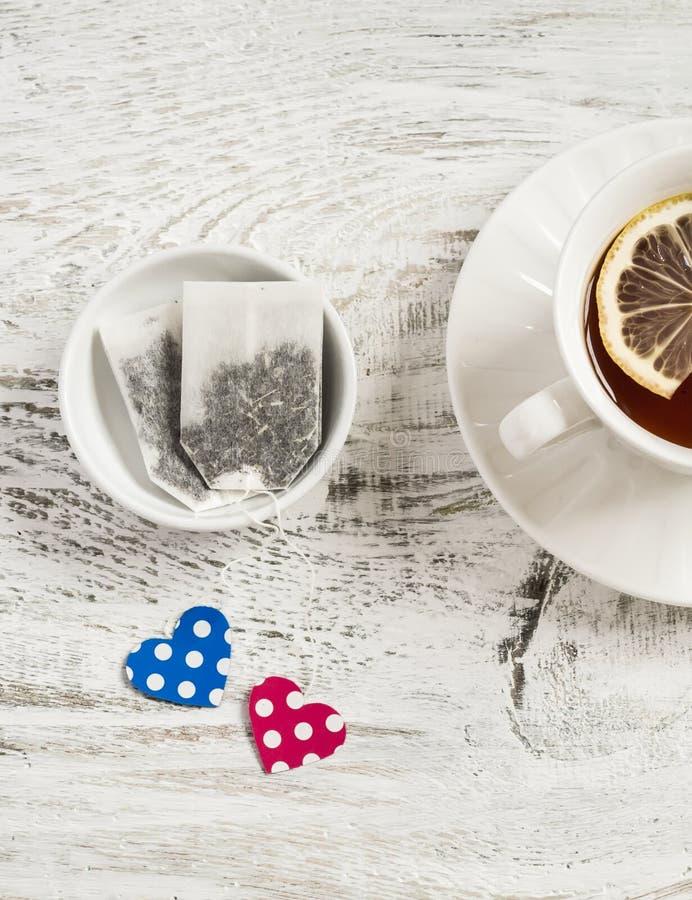 Sacs à thé et thé faits maison de Saint-Valentin avec le citron image stock