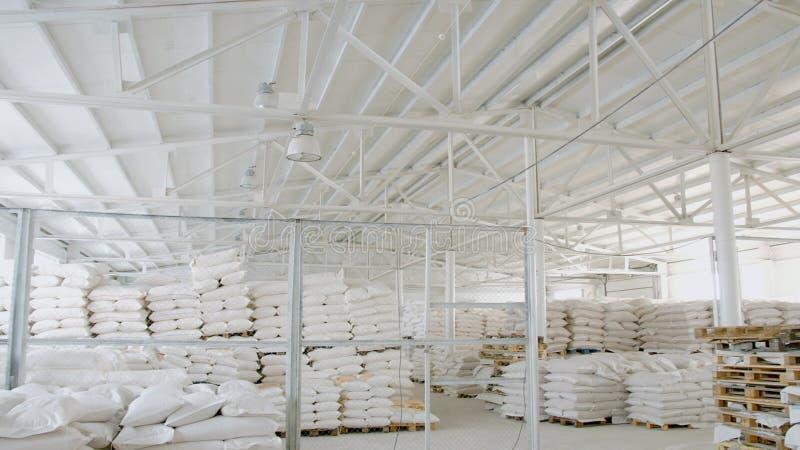 Sacs avec de la farine dans l'entrepôt de l'usine de farine Actions de farine Entrepôt de moulin images stock