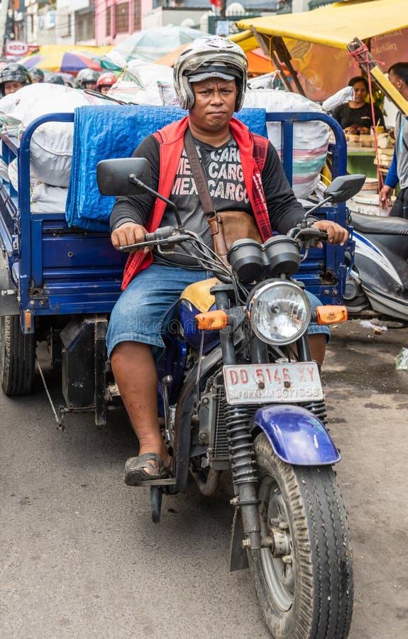 Sacs de charge de remorque au marché en plein air de Terong dans Makassar, Sulawesi du sud, Indonésie photos libres de droits