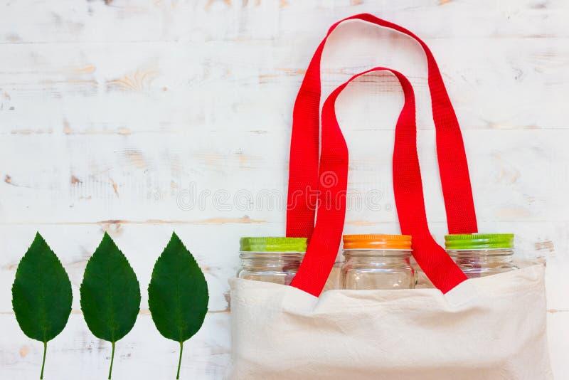 Sacs de coton et orphie en verre pour des achats en plastique libres image stock