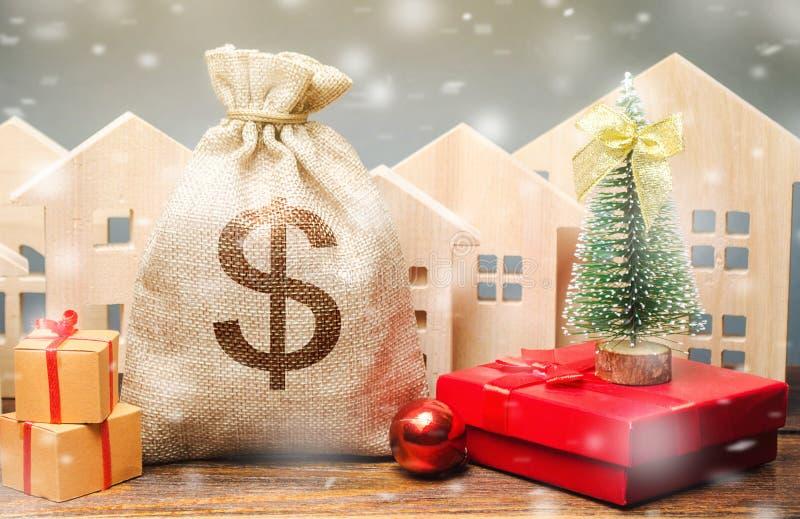 Sacs de monnaie, maisons en bois, sapin de Noël et cadeaux Réduction sur les jours fériés Vente de Noël de biens immobiliers Esco images stock