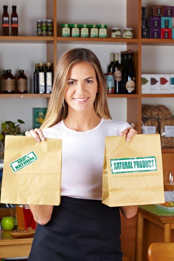 Sacs de offre de femme en nourriture biologique images libres de droits