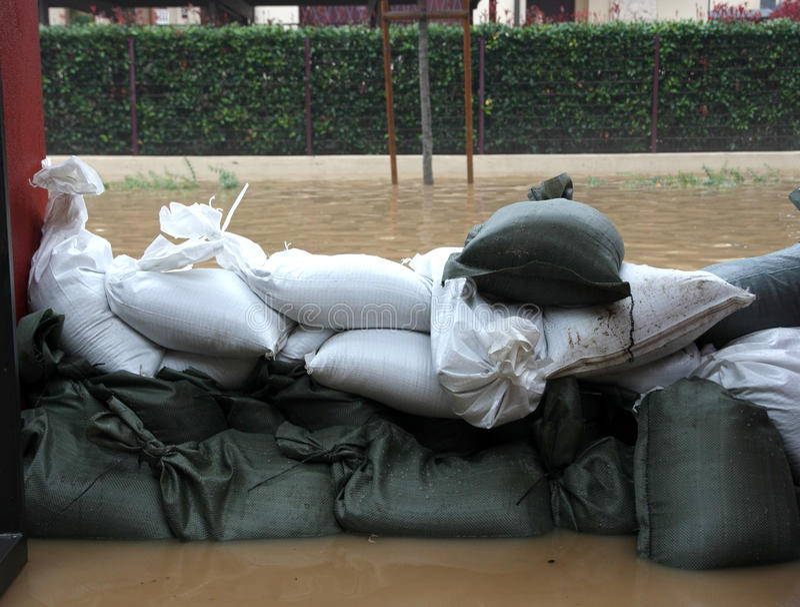 Sacs de sable dans la défense torrentielle d'inondation photo stock