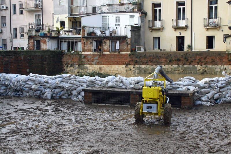 Sacs de sable le long des banques de la rivière après l'inondation et l'unité centrale image libre de droits