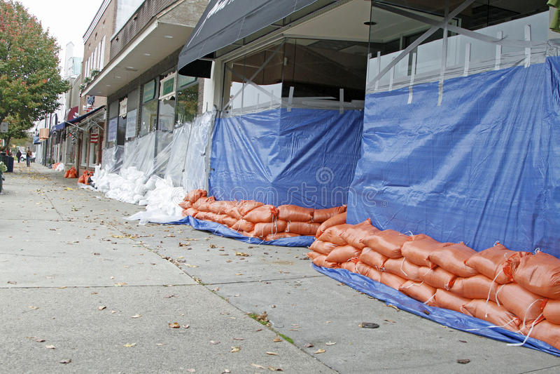 Sacs de sable pour combattre l'inondation photo libre de droits