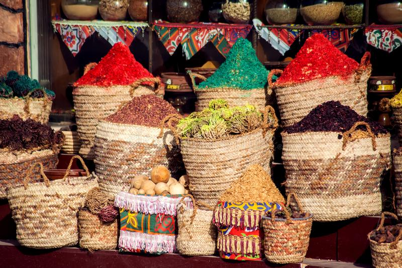 Sacs des herbes et des épices colorées sur le marché de l'Egypte image stock