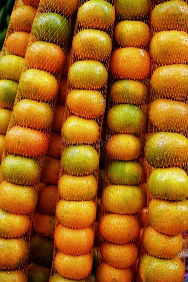 Sacs des mandarines à vendre sur le marché à Santander, Colombie image libre de droits