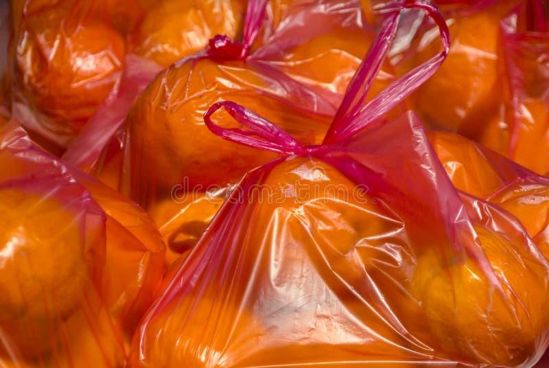 Sacs des oranges en vente sur un marché photo stock