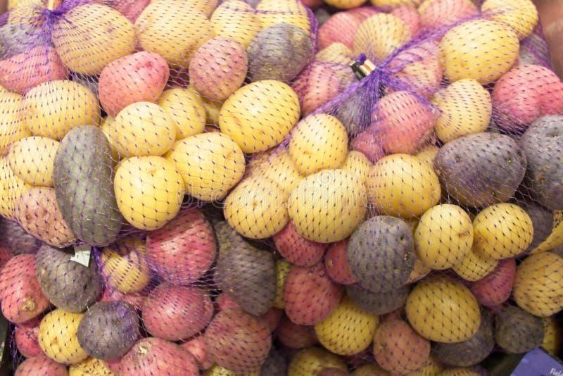 Sacs des pommes de terre multicolores photos stock