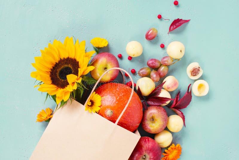 Sacs en papier artisanal avec fruits frais d'automne et légumes image libre de droits