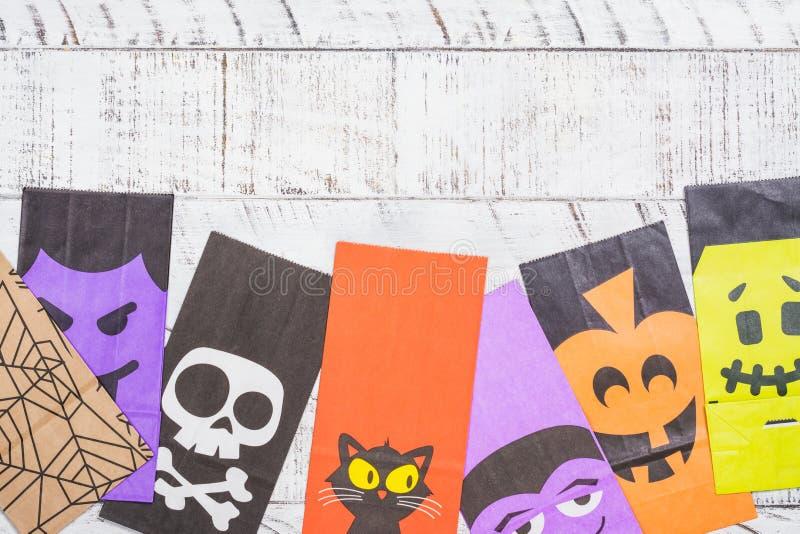Sacs en papier de Halloween pour des sucreries images libres de droits