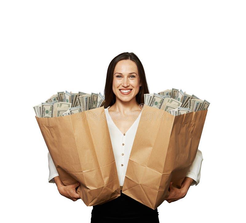 Sacs en papier heureux de fixation de femme images stock