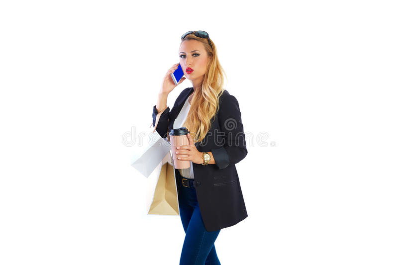 Sacs et smartphone shopaholic blonds de femme photo stock