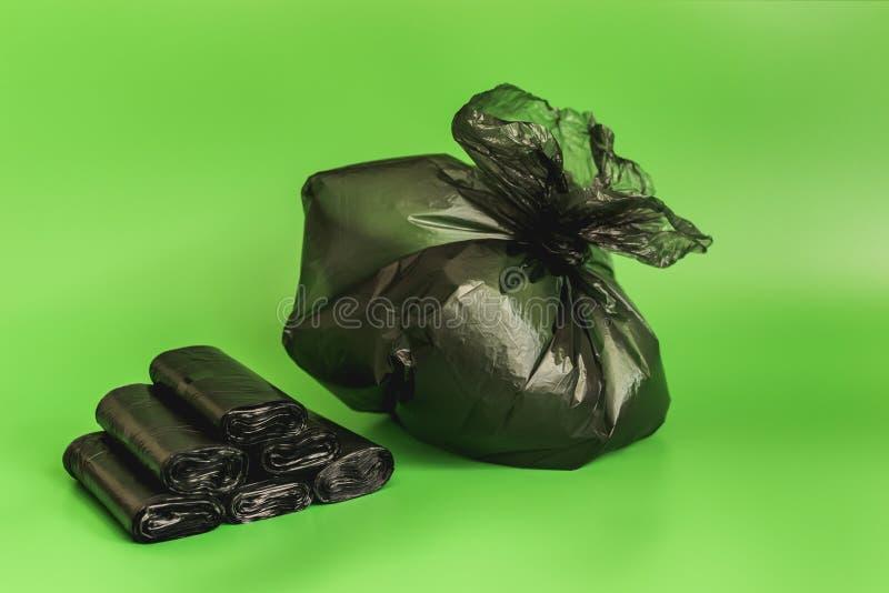Sacs noirs empilés et déchets mis en sac sortez les déchets photographie stock libre de droits