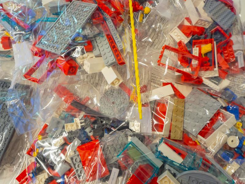 Sacs transparents avec des morceaux de LEGO à employer pour la construction de jouets images stock