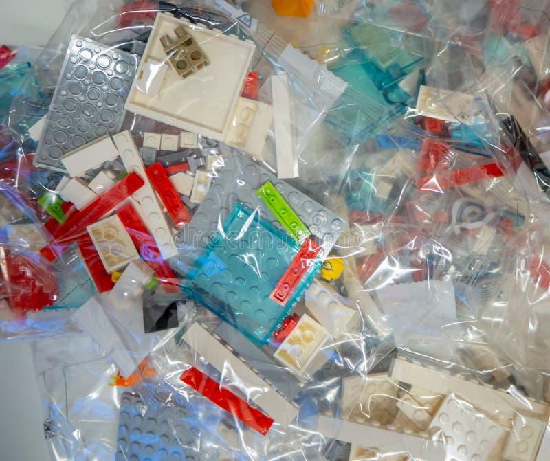 Sacs transparents avec des morceaux de LEGO à employer pour la construction de jouets photo libre de droits