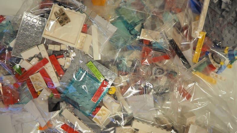 Sacs transparents avec des morceaux de LEGO à employer pour la construction de jouets images libres de droits
