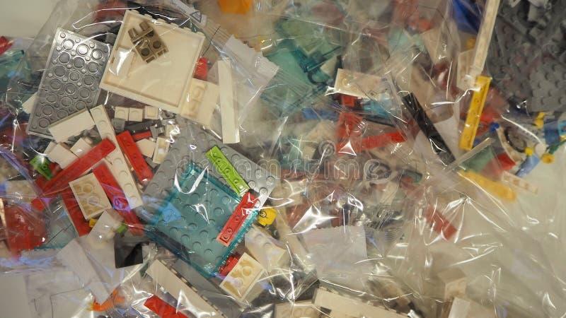 Sacs transparents avec des morceaux de LEGO à employer pour la construction de jouets image stock