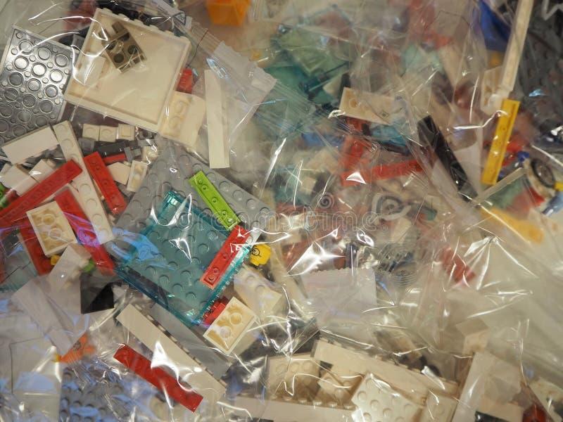 Sacs transparents avec des morceaux de LEGO à employer pour la construction de jouets photos stock