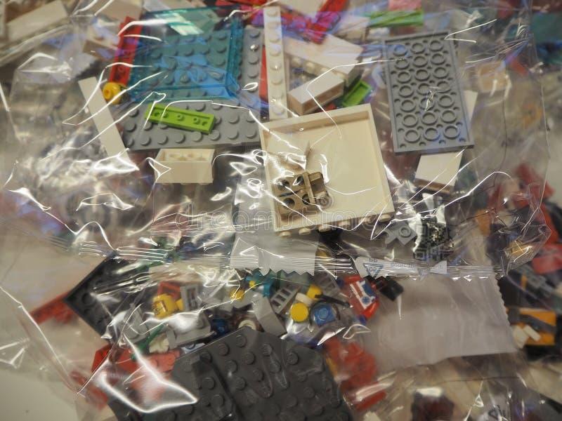 Sacs transparents avec des morceaux de LEGO ? employer pour la construction de jouets photo libre de droits