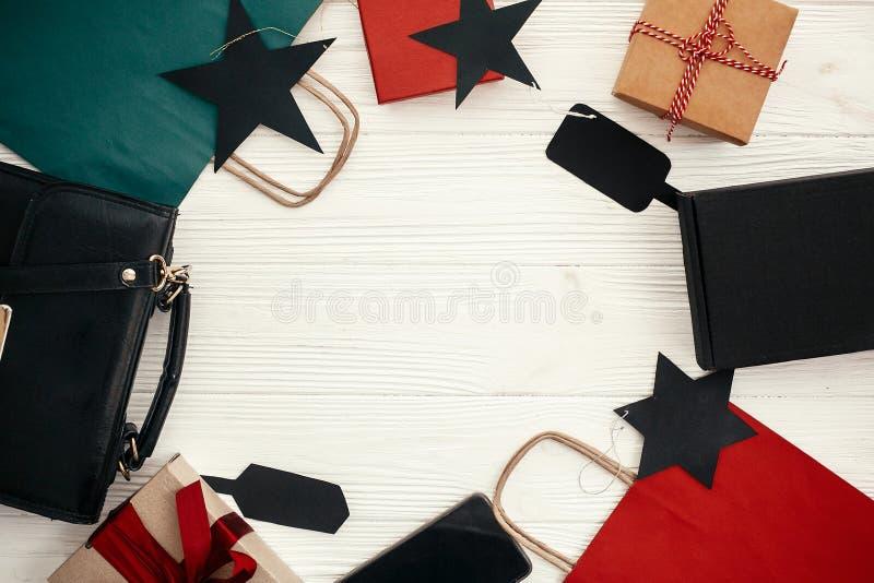 Sacs, vêtements, boîte-cadeau, étiquettes, téléphone sur le backgroun rustique blanc photo libre de droits